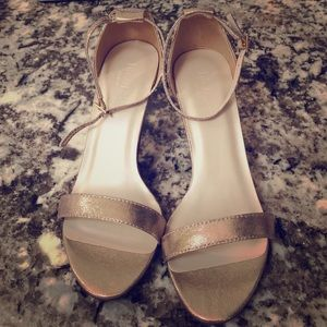 NWT Single Strap Wedding Sandal in Gold — 8W